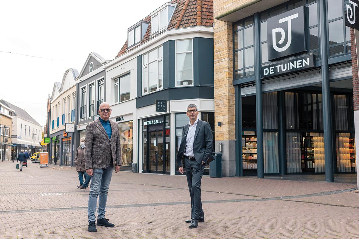 Rein Wiendels (BIZ Naaldwijk) en Huub Elders (Centrummanager De Tuinen) Samenwerken aan toekomst centrum Naaldwijk